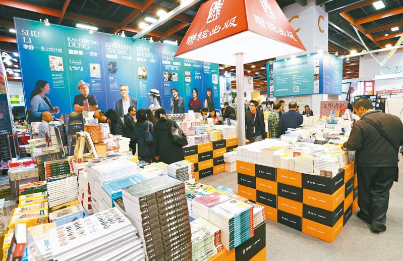 因應武漢肺炎風暴,今年台北國際書展延至五月,圖為聯經出版社在去年書展展出兩岸具有特色文化的書籍。 圖/聯合報系資料照片
