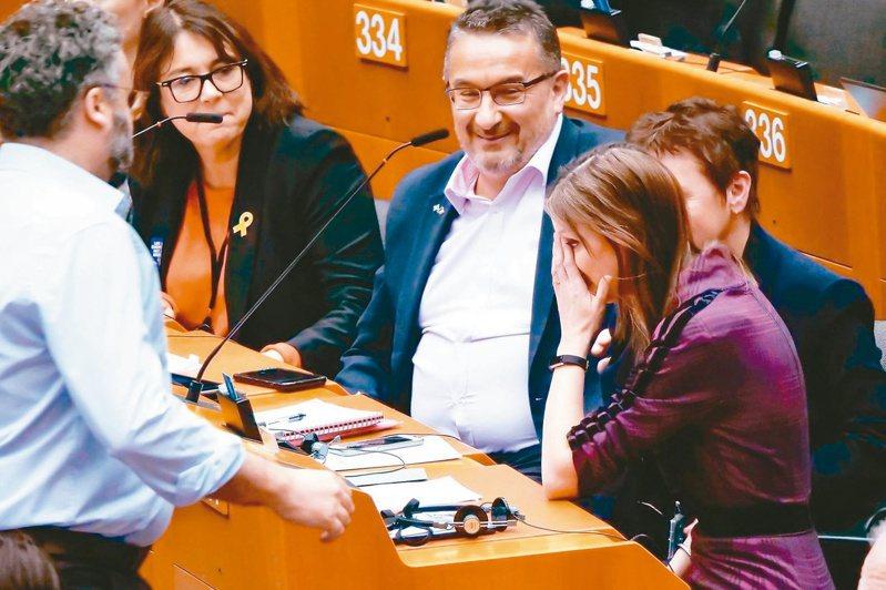 歐洲議會29日通過英國脫歐協議,有些議員難掩不捨。 (新華社)