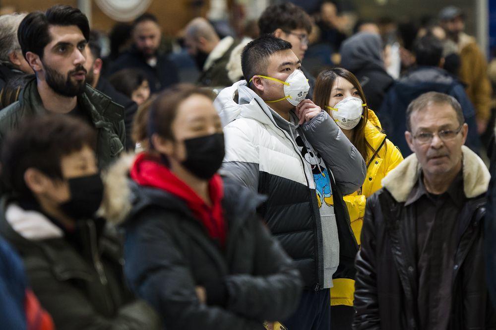 武漢肺炎疫情造成全球恐慌,加拿大多倫多機場許多人戴著口罩。(美聯社)