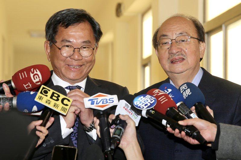 陳明文(左)表示,會繼續支持柯建銘擔任民進黨團總召。記者林伯東/攝影