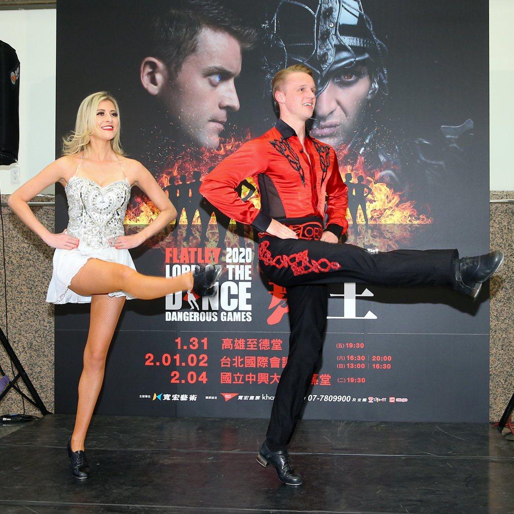 愛爾蘭踢踏舞劇「舞王:危險遊戲」來台演出,男舞者馬修史密斯(右)與女舞者艾琳麥基...
