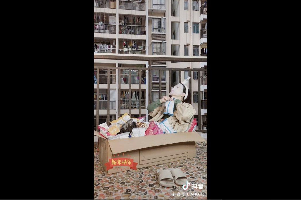 大陸網友凉斤斤在宜昌自家陽台上敷著面膜,享受被好幾包洋芋片圍繞的感覺。(美聯社)