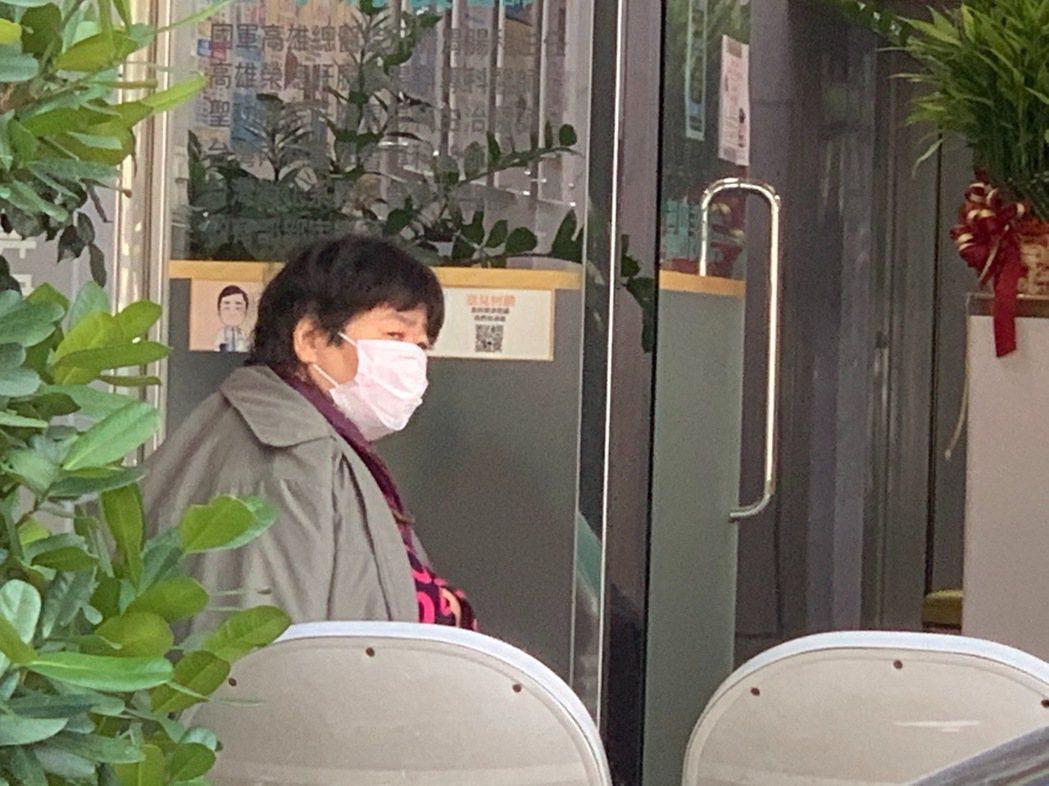天冷耳鼻喉科診所玻璃門仍然大開,因為要保持通風,以往大家都緊挨著在候診間,現在有...