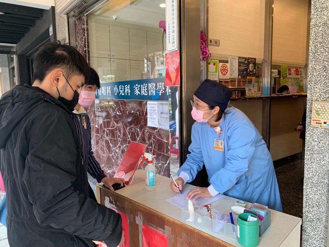 楊宜璋耳鼻喉科診所在門口設置「檢驗站」,先問患者基本資料、量體溫、乾洗手後,一定...