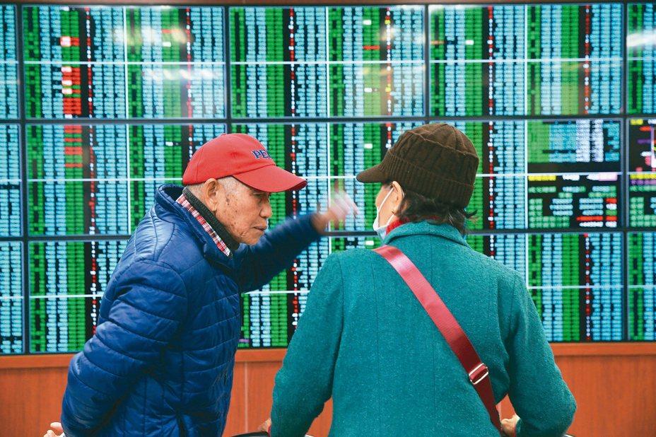 台北股市新春開盤,開盤15分鐘即重挫超過500多點一片綠油油。 記者徐兆玄/攝影