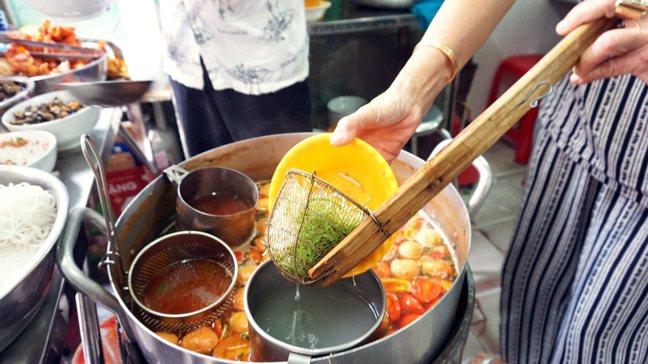 熱呼呼的越南河粉、蝦蟹湯麵。 圖/西貢萬韻酒店提供