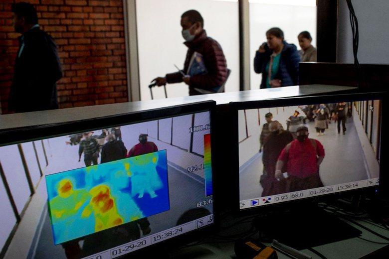 尼泊爾加德滿都機場對旅客進行新型冠狀病毒監測。 圖/歐新社