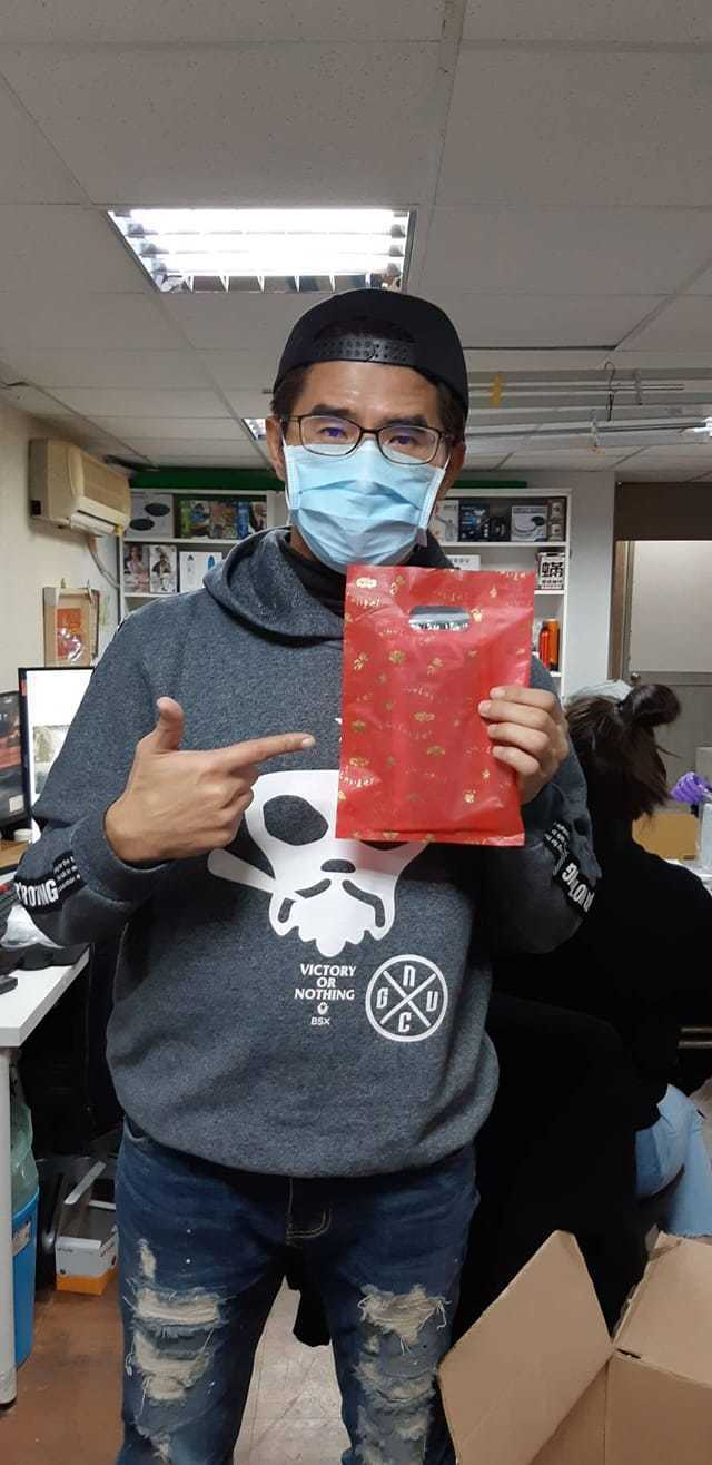 「寶島叫賣哥」葉昇峻在夜市免費發送口罩。圖/擷自臉書