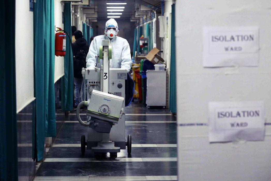該怎麼採取不干擾國際貿易的方式,防堵疾病?全憑WHO和各國政客的權衡。圖為嚴陣以...