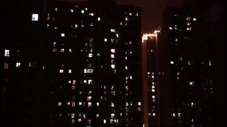 2020年1月27日,武漢因武漢新型冠狀病毒大流行而封城的第4天夜裡,許多自主封...