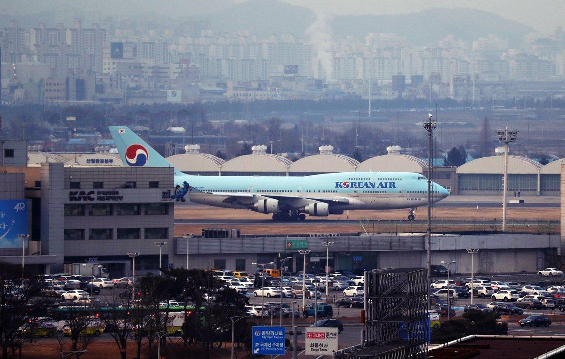 31日清晨南韓外交部卻在中國刁難中,兵荒馬亂地從武漢運回了第一批撤離韓僑。圖為降...