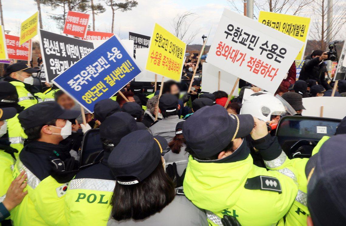 但目前在鎮川與牙山地區,都出現了「反對自家社區成為武漢肺炎隔離所」的大批抗議民眾...