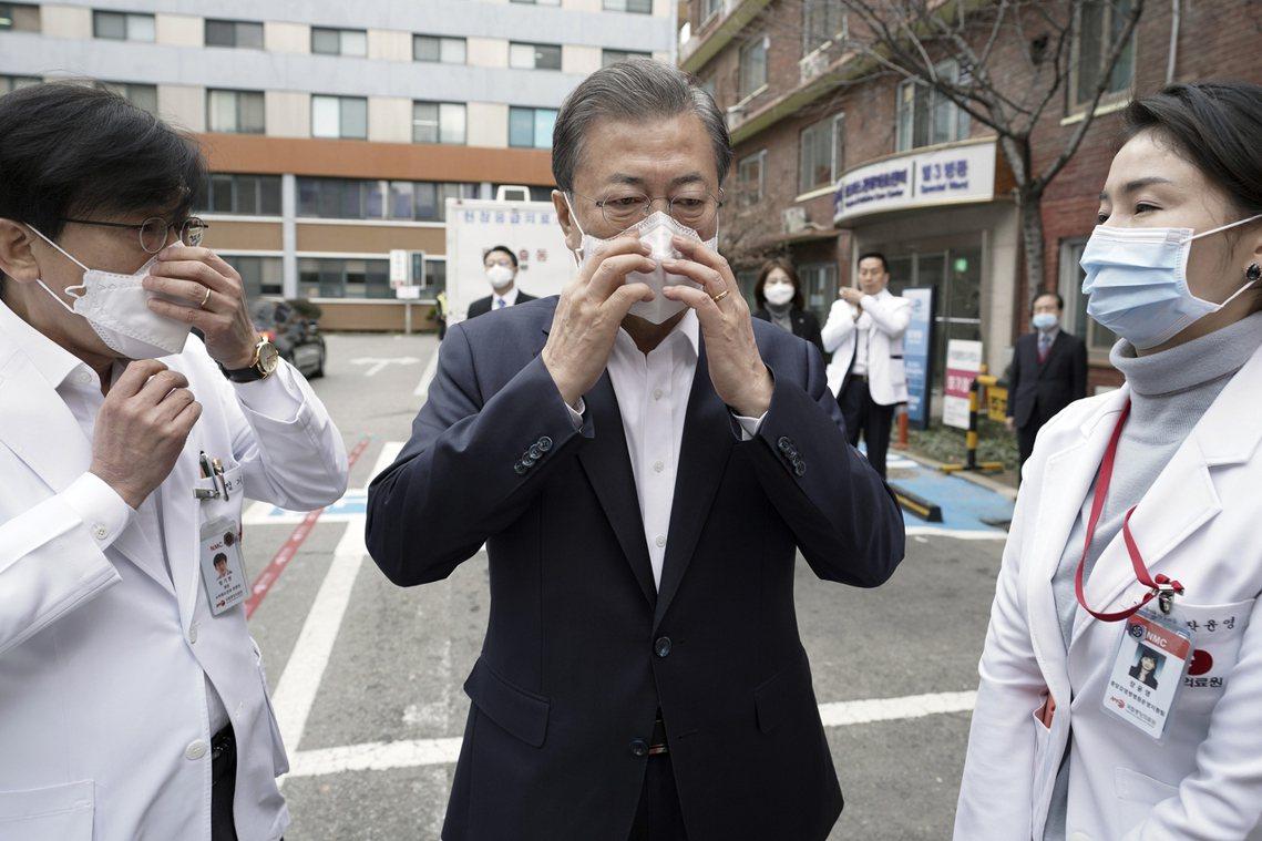 在防疫資訊與撤僑問題上,南韓的文在寅政權也遭遇了「裡外不是人」的尷尬處境。 圖/...