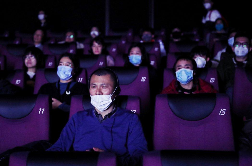 在武漢肺炎疫情擴散之下,中國影視業從春節電影撤檔風坡、到劇組暫停拍攝或延期開機,...