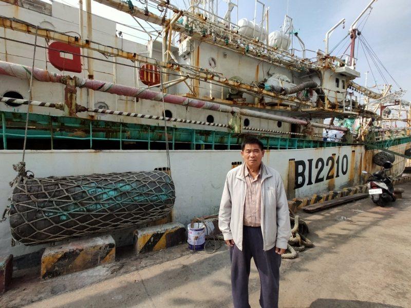年逾70歲的阿吉當了30多年船長,下船後一度無法適應陸地生活,在港口看到曾經熟悉...