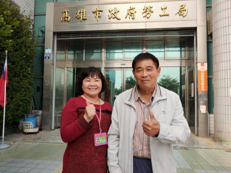 阿吉(右)很感謝勞工局個管員金美珠(左)在他想尋死時不斷鼓勵,努力媒合工作,陪伴...