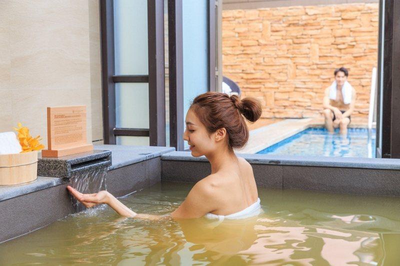 格蘭雅緻別墅,室內湯池採光佳,窗外便是寬廣的戶外泳池。 瑞穗天合/提供
