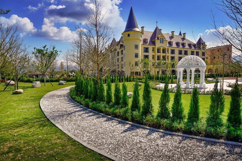 「南歐城堡度假村」的綠景公園,藍天白雲下,風光明媚。 瑞穗天合/提供