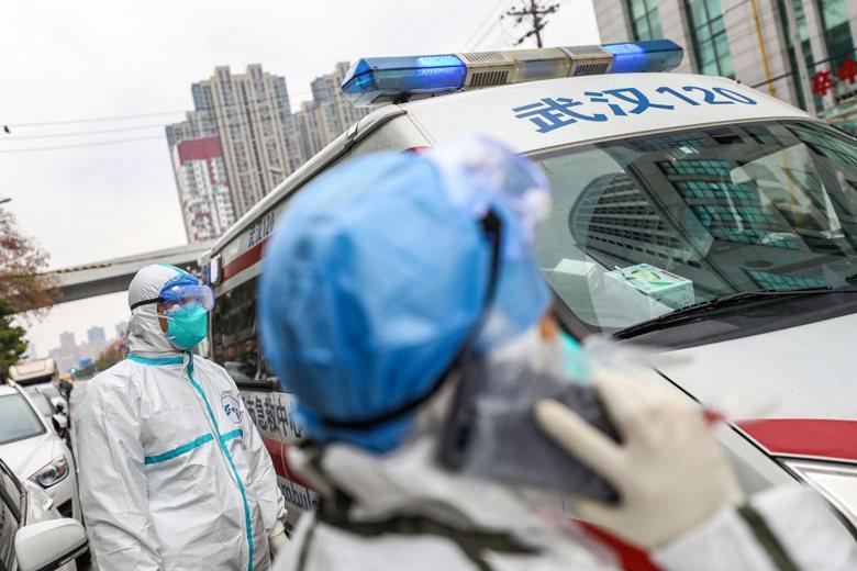 1月27日,武漢市醫護人員著防護裝進行救護工作。 圖/法新社