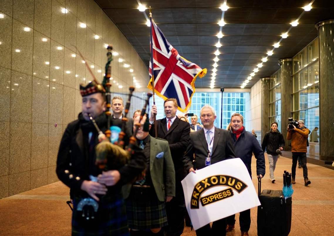 英國脫歐黨的歐洲議會議員,特別聘來蘇格蘭風笛樂隊,大搖大擺地舉著「脫歐記特快車」...