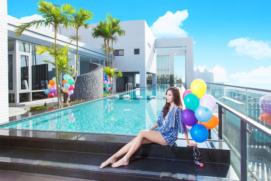 凌空無邊際泳池,不必遠赴新加坡金沙酒店,在家隨時都能享有渡假生活。圖片提供/三發...