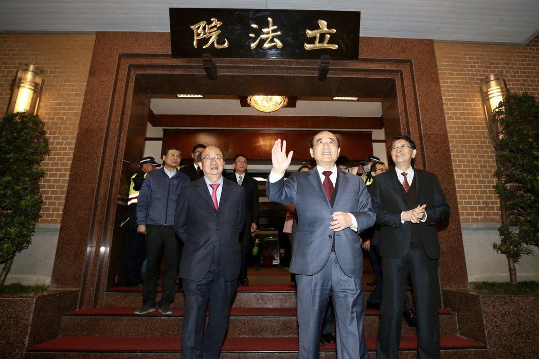 立法院前院長王金平(右二)下午進行國會巡禮,告別服務近44年的立法院,並在民進黨...