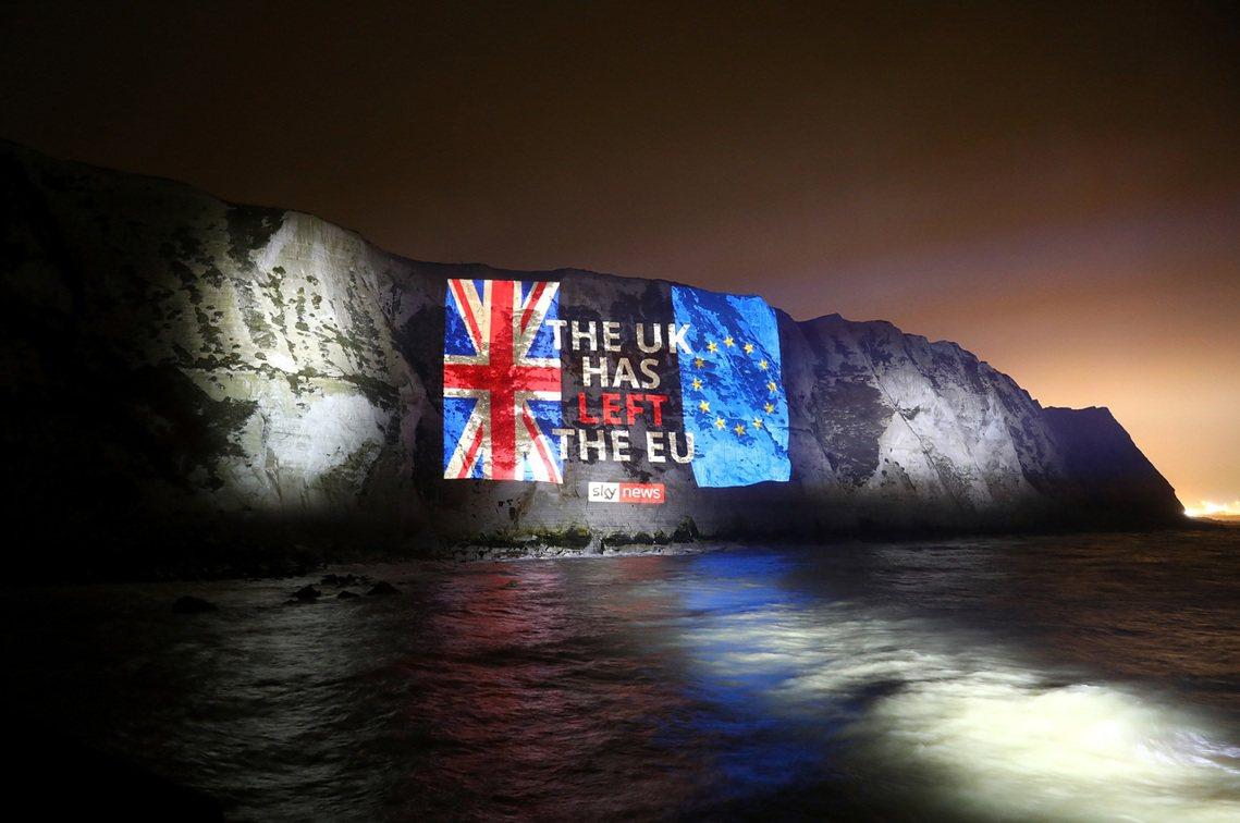 「英國已經脫離歐盟啦!」在英國離歐洲最近的多佛海岸,由脫歐派的Sky News主...
