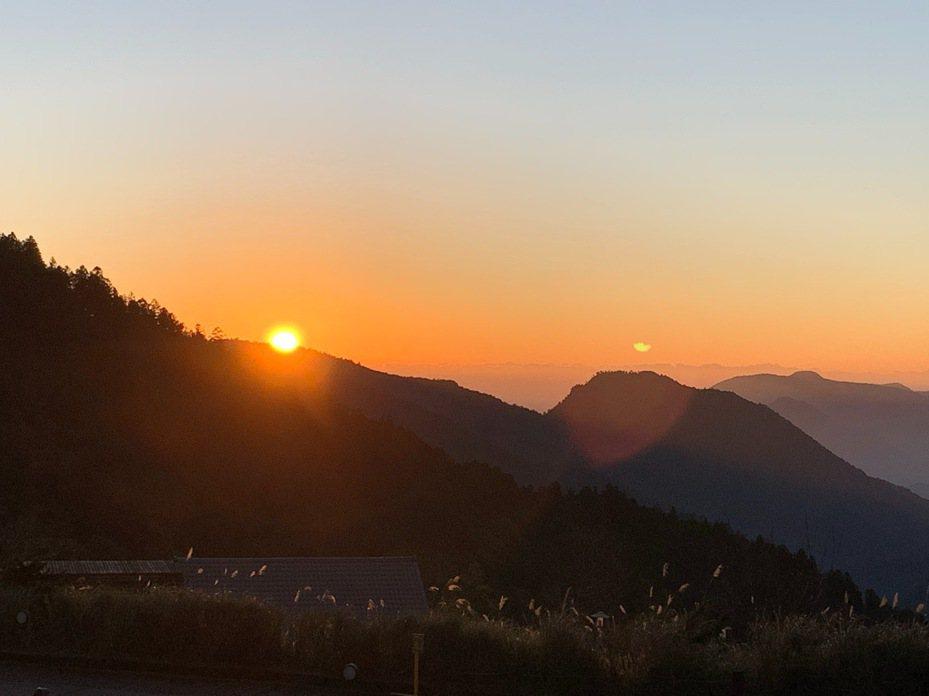 太平山今早日出很美,從群峰山頂冒出,有如紅色小丸子。圖/林務局羅東林區管理處提供