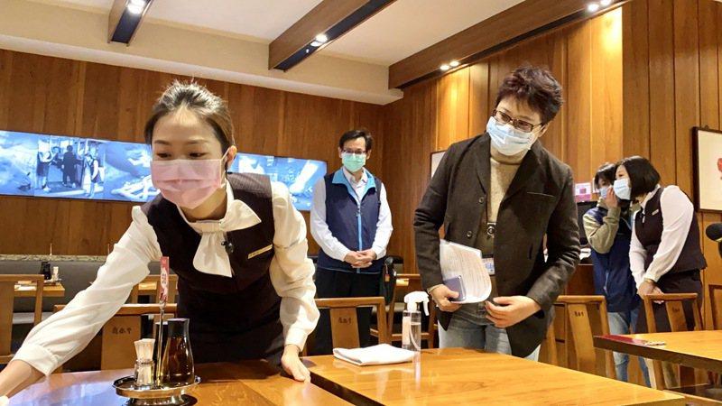 新任北市勞動局長陳信瑜(右)偕台北市勞檢處前往知名餐廳了解防疫措施。記者魏莨伊/攝影