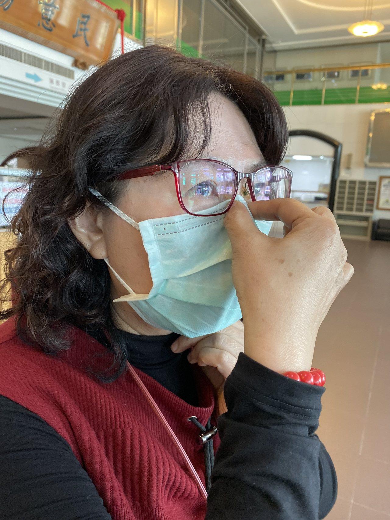 台南市衛生局人員提醒,配戴口罩時需緊貼鼻梁及下巴,才能有效防範病菌。記者鄭維真/...