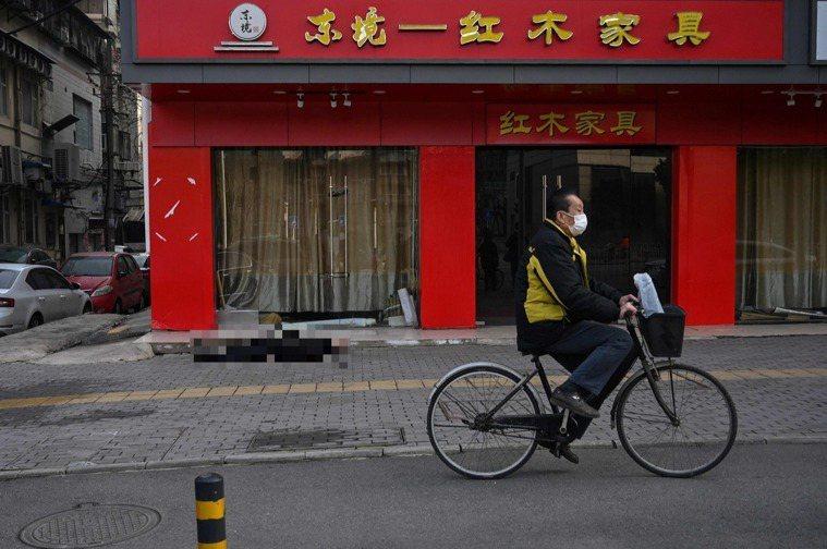《法新社》派往武漢的記者30日直擊一位老翁倒斃在空蕩蕩的街頭,儘管死因不明,但其...