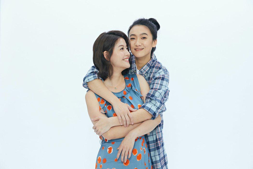 王樂妍(左)、趙逸嵐為舞台劇「偽婚男女」拍攝宣傳照,摟腰緊貼超害羞。圖/故事工廠...