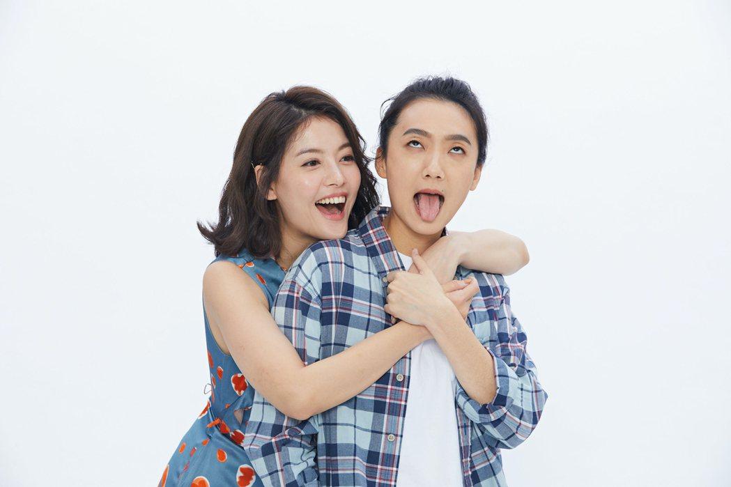 王樂妍(左)與趙逸嵐為舞台劇「偽婚男女」拍攝宣傳照扮鬼臉。圖/故事工廠場提供