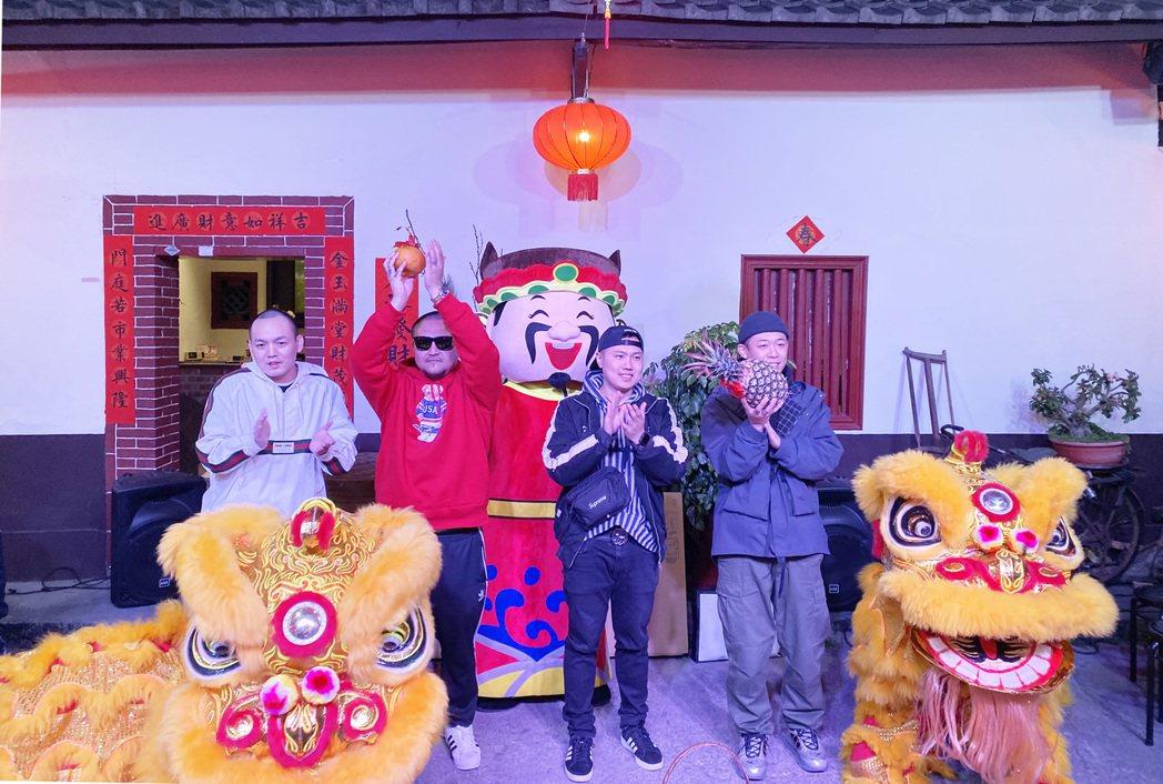玖壹壹和經紀公司老闆(左二)昨晚舉辦春酒同歡。圖/混血兒娛樂提供