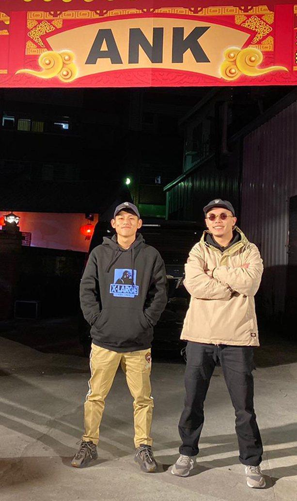 草屯囝仔成員樞育(右)春酒抽中台北、沖繩來回機票,笑喊帶女友去日本生小孩。圖/混...