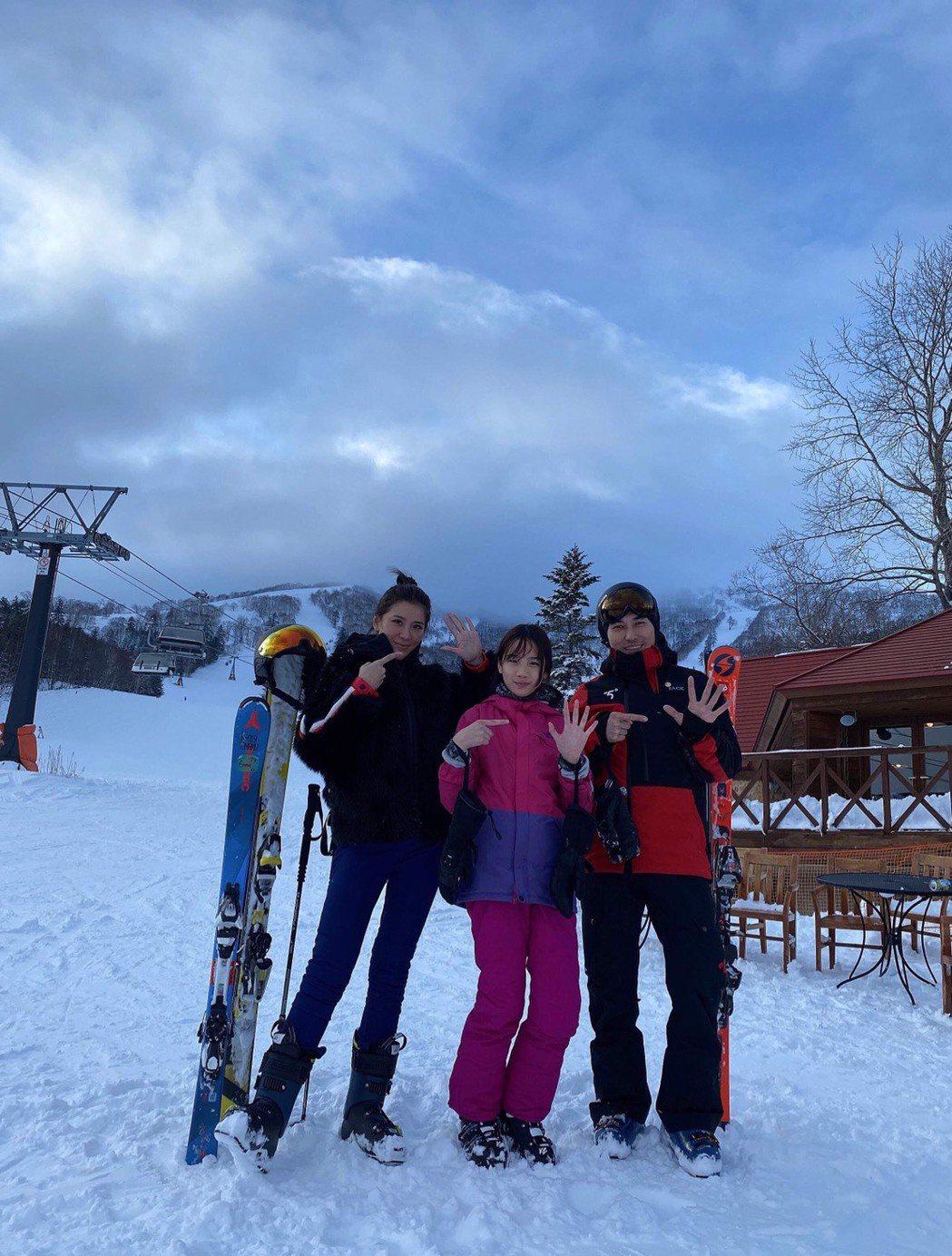 小禎(左)和女兒Emma請了專業教練一起滑雪。圖/小禎提供