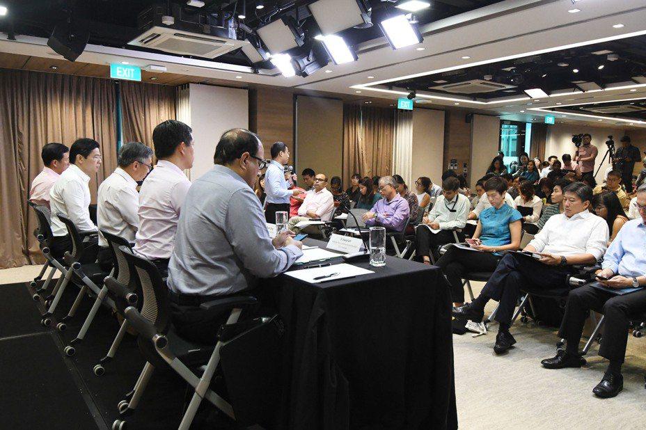 新加坡跨部門工作小組1月27日召開發布會,針對新型冠狀病毒宣佈三項新防範措施,包括強制申請14天缺席假、加強機場關卡邊防防護和擴大旅遊警示範圍。這是27日在新加坡拍攝的發佈會現場。新華社