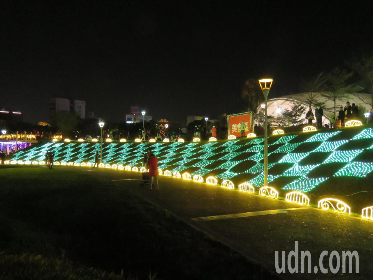 2020 桃園燈會「光之桃花源」今晚正式開燈,展期共13天期間,點亮老街溪水岸連...
