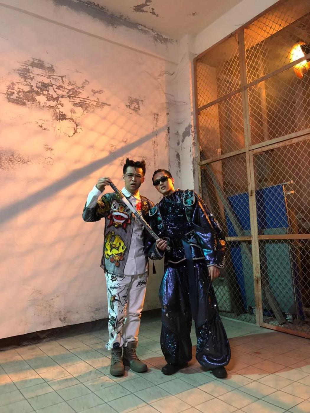 屁孩(左)新歌「是在哈囉」MV與rgry變裝大玩電玩哏。圖/索尼提供