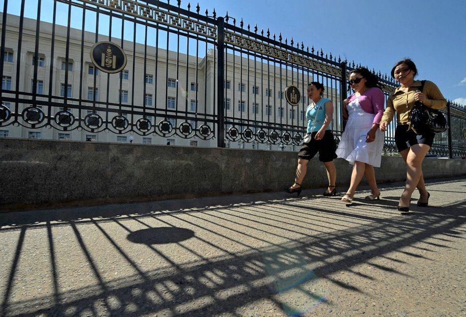 幾名婦女走過蒙古國會大廈附近。法新社