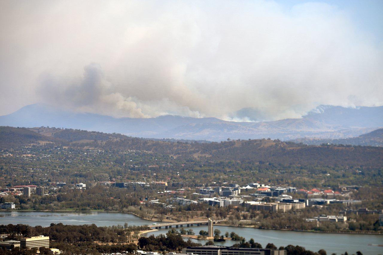 澳洲首都坎培拉近郊塔爾瓦鎮附近的野火火場,31日冒出濃煙。(歐新社)