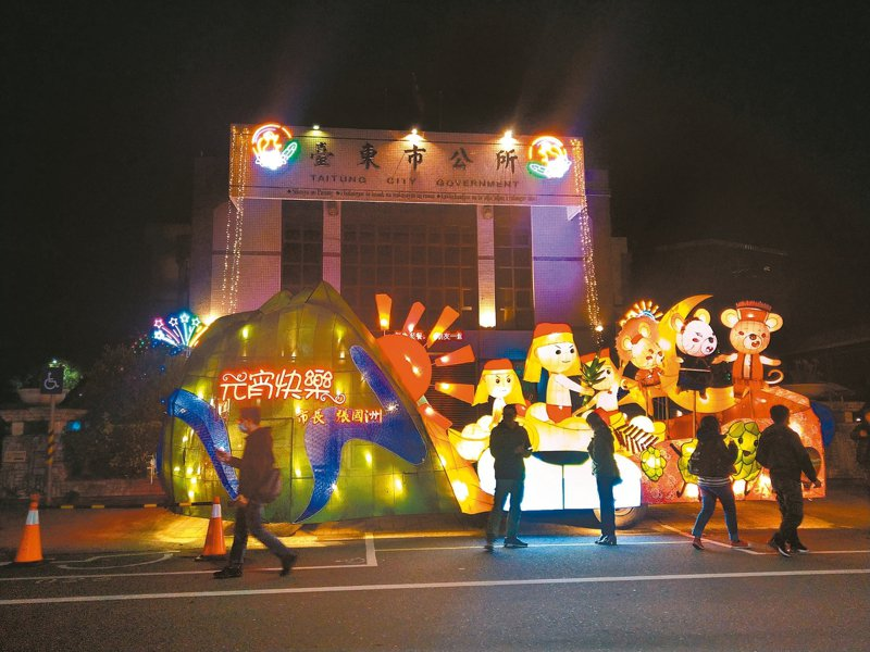 2020年台東市元宵節觀光系列活動,昨天晚上舉行「元宵花燈車」點燈儀式,吸引民眾拍照打卡。 記者尤聰光/攝影