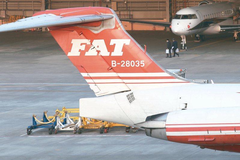 交通部昨宣布廢除遠航民用航空運輸業許可證;圖為松山機場停機坪上的遠航機隊,命運未卜。 記者林俊良/攝影