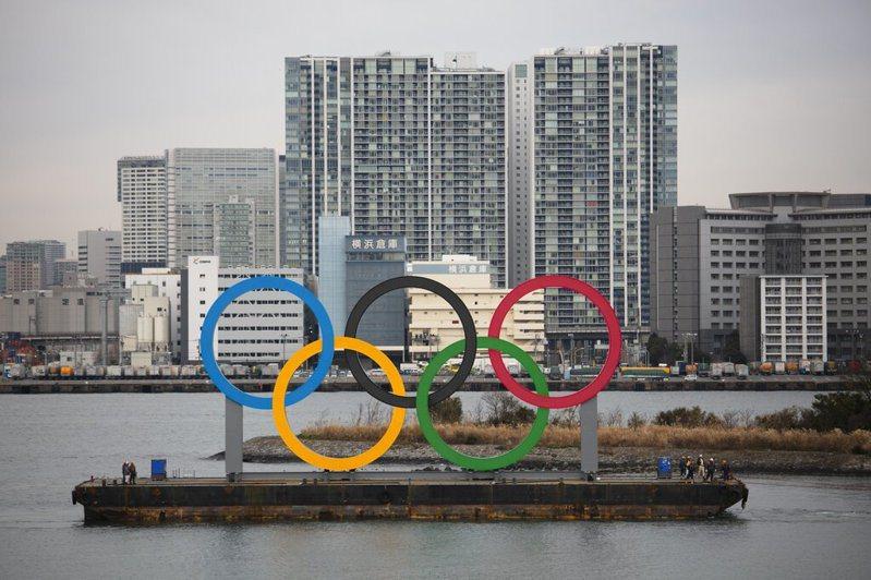 距東京奧運開幕只剩半年多,日本已完成象徵性的奧林匹克五環大型標誌,運抵東京台場海上。 (美聯社)