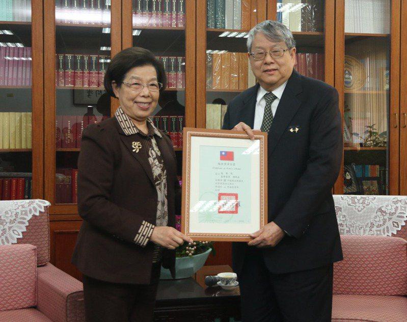 監察院長張博雅(左)昨天頒發二等服務獎章給監委陳師孟(右)。圖/監察院提供