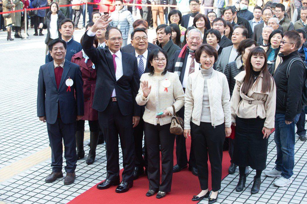 立法院第10屆立法委員昨天報到,立委游錫堃(左二)由其他立委陪伴走紅毯進入議場。...