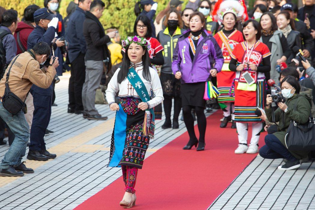 立委陳瑩(中)用跳舞方式走紅毯進入議場。 記者季相儒/攝影