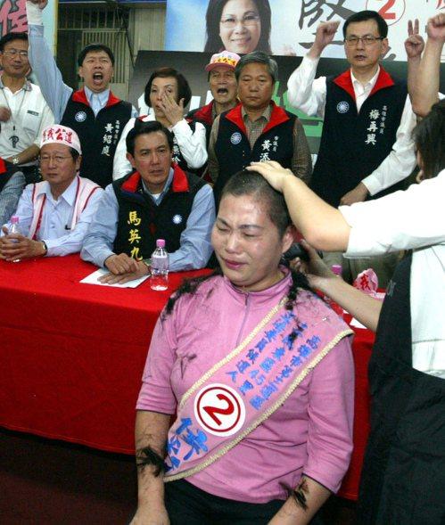 2008年國民黨高雄市立委侯彩鳳因為不滿對手頻頻放出風聲,指她買票,在總部剃光頭...