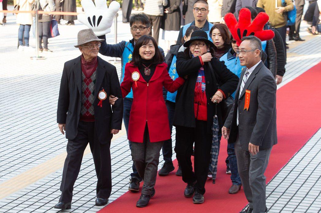 立委林奕華(左二)帶家人走紅毯進入議場。 記者季相儒/攝影
