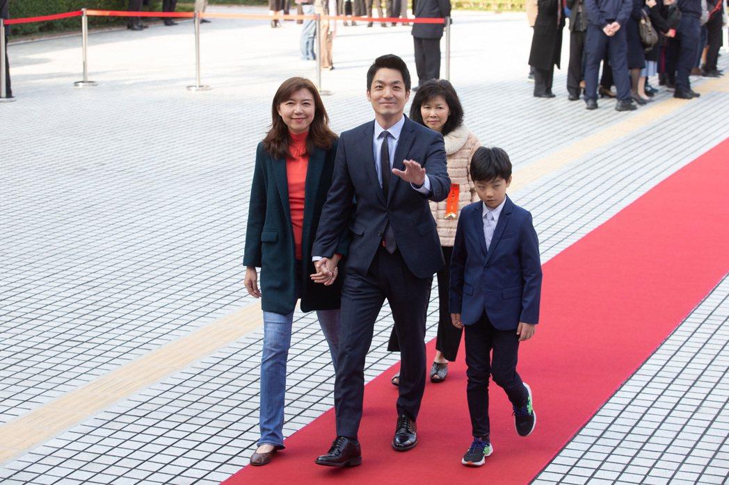 立委蔣萬安(中)帶家人走紅毯進入議場。 記者季相儒/攝影
